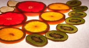 Mezcla de agrios coloridos en blanco Imagen de archivo