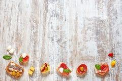 Mezcla de aperitivos/de tapas españoles en una tabla de madera Imagenes de archivo