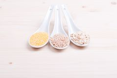 Mezcla de cereales diferentes en la comida dietética del tablero Foto de archivo libre de regalías