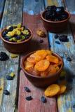 Mezcla de diversas variedades de frutas secadas en fondo de madera - fechas, albaricoques, pasas, pasas Comida sana orgánica Exce Foto de archivo libre de regalías