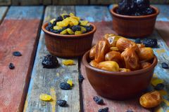 Mezcla de diversas variedades de frutas secadas en fondo de madera - fechas, albaricoques, pasas, pasas Comida sana orgánica Exce Fotografía de archivo libre de regalías