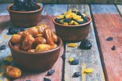 Mezcla de diversas variedades de frutas secadas en fondo de madera - fechas, albaricoques, pasas, pasas Comida sana orgánica Exce Imagen de archivo