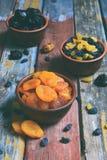 Mezcla de diversas variedades de frutas secadas en fondo de madera - fechas, albaricoques, pasas, pasas Comida sana orgánica Exce Fotos de archivo