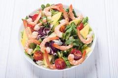 Mezcla de ensalada con los camarones aguacate y los tomates de cereza Fondo sano del alimento imagenes de archivo