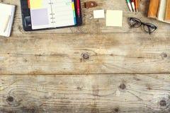 Mezcla de escritorio en una tabla de madera de la oficina Foto de archivo