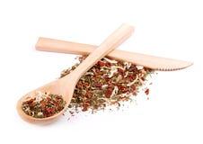Mezcla de especias en cuchara de madera con el cuchillo de madera Foto de archivo