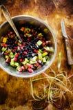 Mezcla de fresas salvajes y de arándanos de las bayas congeladas Fotos de archivo libres de regalías