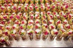 Mezcla de frutas frescas en una parada del mercado foto de archivo