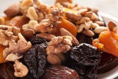 Mezcla de frutas secadas con el primer nuts imagenes de archivo