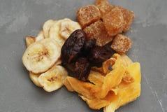 Mezcla de frutas secas en Gray Background Isolated Visión superior Snacks sanos Foto de archivo