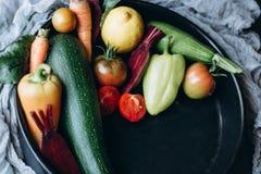 Mezcla de frutas y verduras frescas en una placa imagenes de archivo