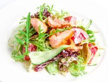 Mezcla de la ensalada con los salmones asados a la parrilla Imágenes de archivo libres de regalías