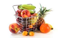 Mezcla de la fruta en la cesta de compras Imágenes de archivo libres de regalías