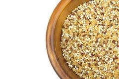 Mezcla de la quinoa y del bulgur en cuenco de madera Foto de archivo libre de regalías