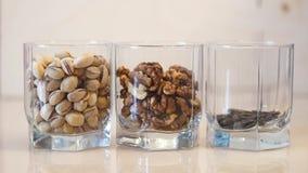 Mezcla de las nueces Pistachos nuez Gérmenes de girasol Tuercas clasificadas almacen de metraje de vídeo