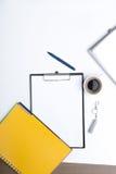 Mezcla de materiales de oficina y de artilugios Foto de archivo libre de regalías