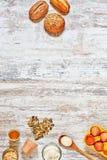 Mezcla de pan fresco y de ingredientes en una tabla de madera vertical Imágenes de archivo libres de regalías