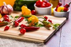 Mezcla de pimientas con el tomate, el ajo y el aceite de oliva imágenes de archivo libres de regalías