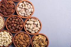 Mezcla de pistachos de las nueces, de almendras, de nueces, de nuez de pino, de avellanas y de anacardo Bocado en backgrond del c imágenes de archivo libres de regalías