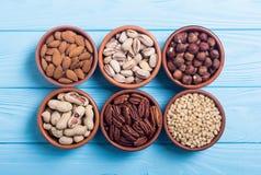Mezcla de pistachos de las nueces, de almendras, de nueces, de nuez de pino, de avellanas y de anacardo Bocado en backgrond del c imagen de archivo libre de regalías
