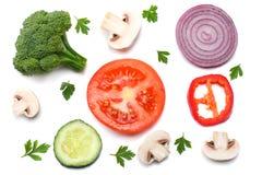 Mezcla de rebanada de tomate, de cebolla roja, de perejil, de seta y de bróculi aislados en el fondo blanco Visión superior Imagen de archivo libre de regalías