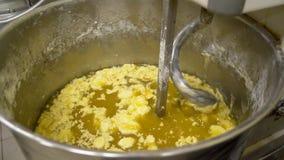 Mezcla de una pasta para la hornada del pan con la máquina profesional del espiral de la amasadora en la fabricación Producción d metrajes