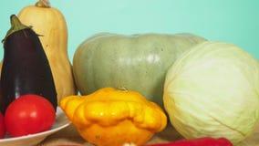 Mezcla de verduras para cocinar el guisado vegetal Fondo del color 4k, a c?mara lenta, carro tir?, el concepto de comida sana almacen de metraje de vídeo