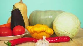 Mezcla de verduras para cocinar el guisado vegetal Fondo del color 4k, a c?mara lenta, carro tir?, el concepto de comida sana almacen de video