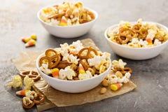 Mezcla hecha en casa del rastro de Halloween con palomitas, pretzeles y nueces Imágenes de archivo libres de regalías