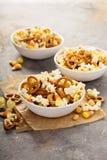 Mezcla hecha en casa del rastro de Halloween con palomitas, pretzeles y nueces Imagen de archivo
