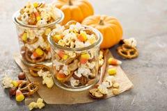 Mezcla hecha en casa del rastro de Halloween con palomitas, pretzeles y nueces Foto de archivo libre de regalías