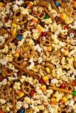 Mezcla hecha en casa del rastro de Halloween con palomitas, pretzeles y nueces Foto de archivo