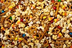 Mezcla hecha en casa del rastro de Halloween con palomitas, pretzeles y nueces Fotos de archivo