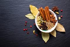 Mezcla herbaria exótica del concepto de la comida del st orgánico del canela de las especias Fotografía de archivo