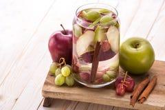 Mezcla infundida con sabor a frutas fresca del agua de Apple, de uva y de cinna Imagenes de archivo
