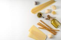 Mezcla italiana de la comida en la opinión superior del fondo blanco fotografía de archivo libre de regalías