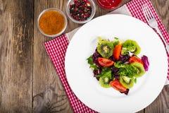 Mezcla sana de la comida de lechuga con los tomates fotografía de archivo