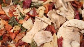 Mezcla secada de la hierba y de la especia, condimento del sabor para cocinar, receta de vestido sabrosa almacen de video