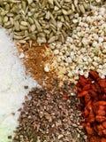Mezclado de ingredientes: semilla, fruta y especias fotografía de archivo libre de regalías