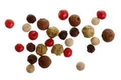Mezclado de la pimienta caliente, roja, negra, blanca y verde de las pimientas aislada en el fondo blanco Visión superior fotografía de archivo