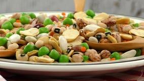 Mezclado delicioso de la comida de las legumbres almacen de metraje de vídeo