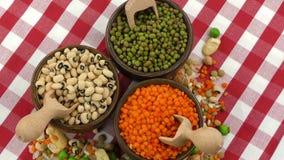 Mezclado delicioso de la comida de las legumbres almacen de video