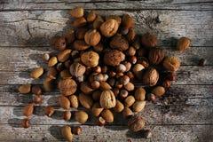 Mezclado, descascarado Nuts en corazones, nueces, avellanas y almendras Imagen de archivo