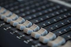Mezclador analógico de sonidos Radio de mezcla audio profesional de la consola y difusión de TV foto de archivo libre de regalías