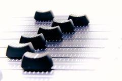 Mezclador audio, controles de mezcla y atenuador del escritorio, consola de mezcla de la m?sica con los efectos degradados para l foto de archivo