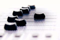 Mezclador audio, controles de mezcla y atenuador del escritorio, consola de mezcla de la m?sica con los efectos degradados para l fotografía de archivo libre de regalías