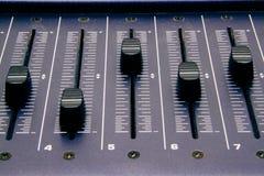 Mezclador audio, controles de mezcla y atenuador del escritorio, consola de mezcla de la m?sica con los efectos degradados para l fotografía de archivo