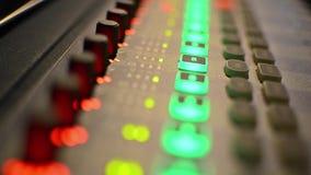 Mezclador audio del estudio profesional con los metros del VU almacen de metraje de vídeo