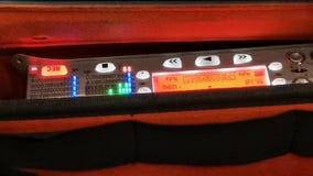 Mezclador audio en la operación - la mano supervisora almacen de metraje de vídeo