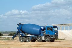 Mezclador concreto azul del carro Fotos de archivo libres de regalías